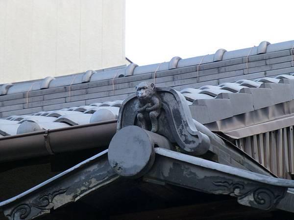 F2京都府廳附近民家屋頂上造型逼真又逗趣的猿猴型屋瓦