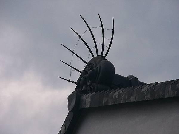 F3京都東山『八坂神社』內造型特殊的屋瓦,頂上的尖刺可能有防止鳥害的作用