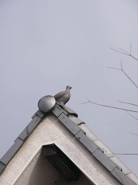 F5奈良藥師寺附近民家屋頂上可愛的鴿子型屋瓦