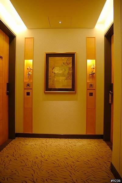 溫暖大方的走廊設計,搭配藝術品與燈光,讓旅客從走廊就開始放鬆