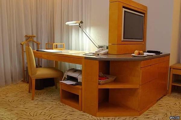 一進房間最明顯的是這個書桌,還整合了電視櫃、抽屜、冰箱...