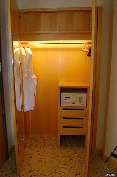 衣櫥打開便有燈光亮起,有兩套裕袍與保險箱