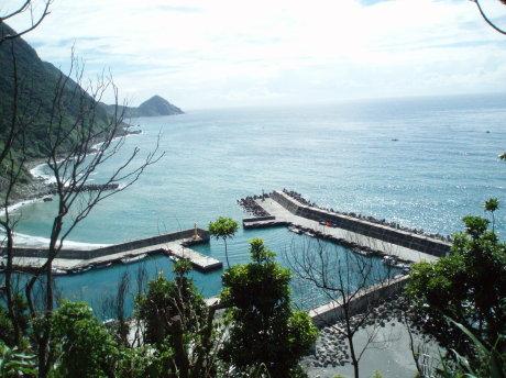 從觀景台俯瞰朝陽漁港及烏石鼻岬角。