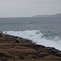 浪很大,岸邊還有釣魚的人