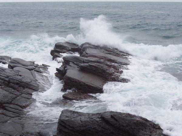 大浪激起水花