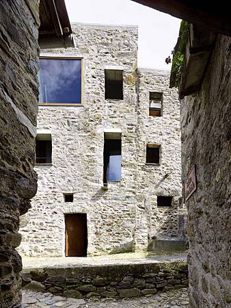 543dd67ec07a802a6900025d_stone-house-transformation-in-scaiano-wespi-de-meuron-romeo-architects_1430_cf031704-749x1000