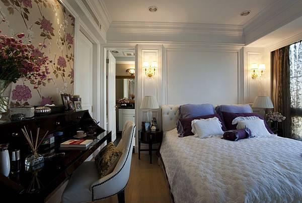 麗景-主臥 紫色壁紙+大抱枕+綠底銀花紋窗簾