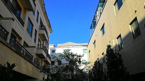 前有寬敞的街道,後有賞心悅目的步道花園,充滿人文氣息的巴黎風格建築