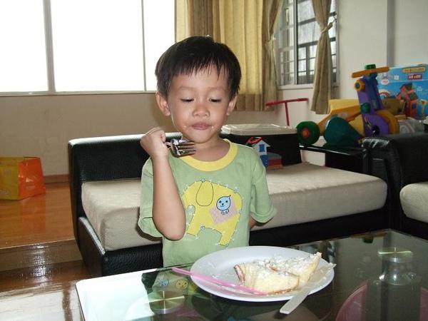 棠吃蛋糕2.JPG