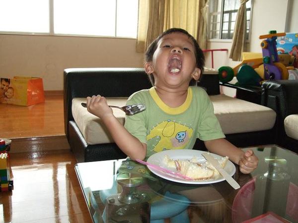 棠吃蛋糕4.JPG