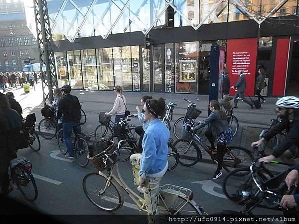 騎自行車的上班族1