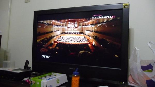 用42吋Full HD+環繞音響聽莫利柯奈!