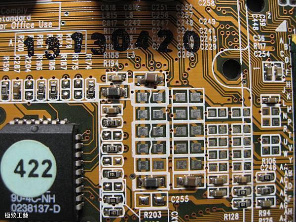 20. 焊歪的鉭質電容.JPG