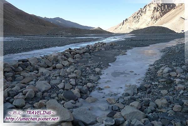珠峰大本營-我在札嘎藏布撿了層次分明的石頭做紀念