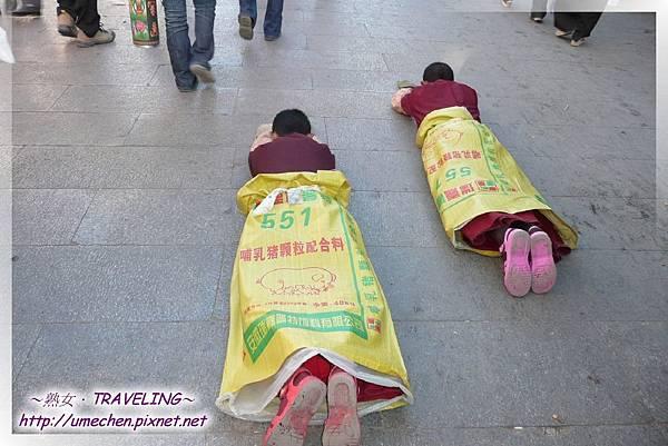 八廓街-穿著豬飼料袋在朝拜的2位小喇嘛(1.jpg