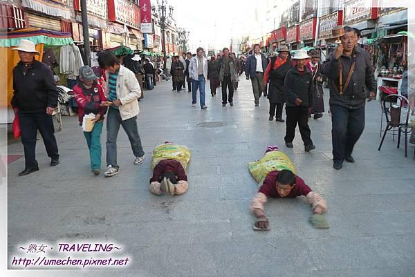 八廓街-穿著豬飼料袋在朝拜的2位小喇嘛(2.jpg