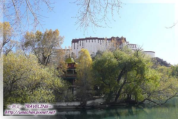 宗角祿康-六世達賴在潭中小島依藏傳佛教之壇城建此閣樓.jpg