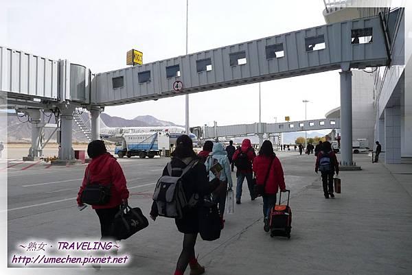 拉薩機場-搭飛機要走一段路啦,沒接駁車.jpg