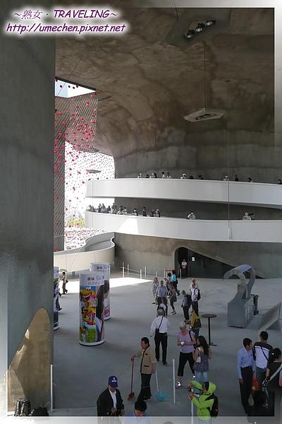 瑞士館-大圓柱之間是開放空間,不必排隊可入內參觀.jpg