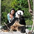 4t-臥龍熊貓-和大仔照相-這張可以看出我們2個頭的大小.jpg