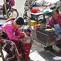 雙橋溝-人參果坪-藏族小販與小娃.jpg