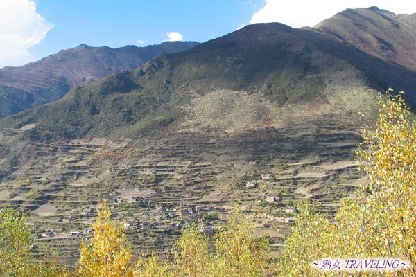 海子溝--鍋庄坪眺望對山日隆藏族村莊.jpg