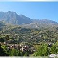 甲居藏寨-寨子(村落)多半建在向陽坡較平坦處.jpg