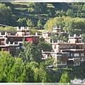 甲居藏寨-依山而建的嘉絨藏族碉樓寨房.jpg