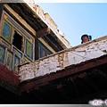 甲居藏寨-2樓露天陽台的害羞小女孩(由1樓天井拍).jpg