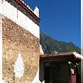 甲居藏寨-外牆有些塗上與宗教相關的圖形或日月星辰.jpg