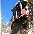 甲居藏寨-突出的陽台就是廁所啦(就直接掉下來).jpg
