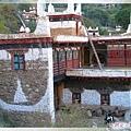甲居藏寨-角樓及屋頂樹著經幡或嘛呢旗.jpg
