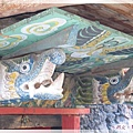 甲居藏寨-大門屋簷的龍形雕飾.jpg