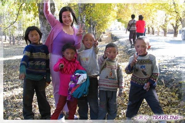 前往新都橋-我和可愛的藏族小朋友.jpg