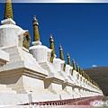 惠遠寺-一排的白塔構成的外圍牆.jpg