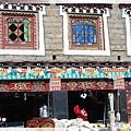 塔公-藏族用色鮮明的具特色的窗.jpg