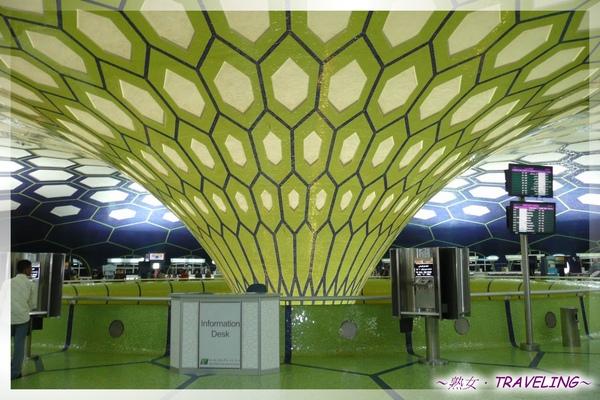 阿布達比機場-好大一顆足球5.jpg