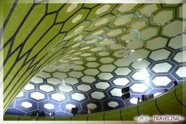 阿布達比機場-好大一顆足球9.jpg