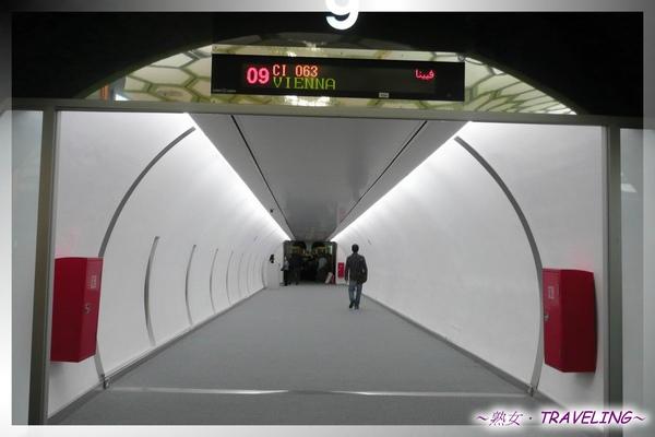 阿布達比機場-通往候機室,候機室也是一顆顆足球造型.jpg