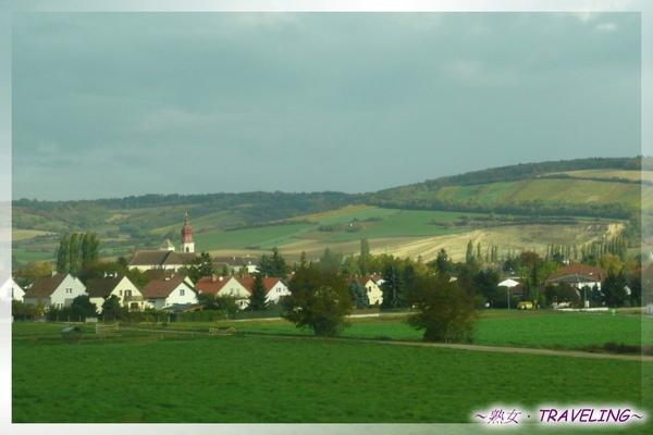 奧地利-鄉間小鎮都有教堂哦(車上拍.jpg