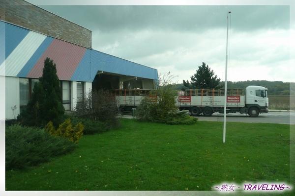 奧捷邊境-這輛車的前車身在奧地利,屁股還在捷克啦.jpg
