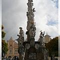 特奇-廣場-上噴泉瑪麗安聖母石柱,上聖母,中6聖徒,洞穴為抹大拉馬利亞.jpg