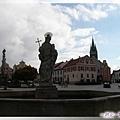 特奇-廣場中心點的下噴泉豎立城市守護神聖瑪格麗特石雕像.jpg