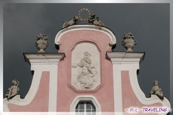特奇-廣場-57粉雕屋山牆窗戶上方的聖女雕塑.jpg