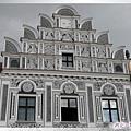 特奇-廣場-61號黑騎士屋超奇特的灰白色調山形牆建築.jpg