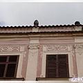 特奇-廣場-粉紅屋簡約風格的窗台和空中飛鳥.jpg