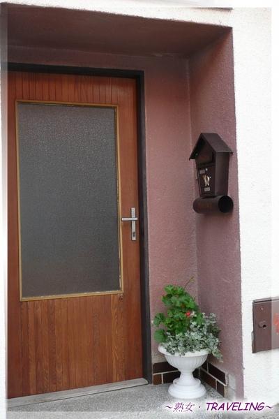 特奇-小巷內-簡單卻溫馨的門前.jpg