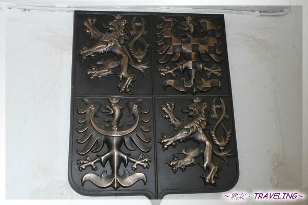 特奇-廣場-鷹獅盾形古銅徽章,是捷克國徽,國旗上的圖案.jpg