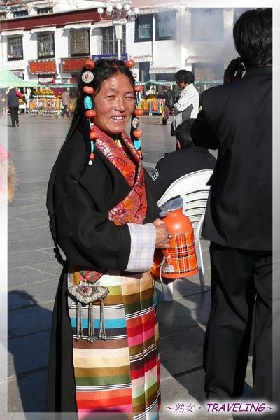 大昭寺廣場-穿著傳統藏服的婦人,手拿茶瓶.jpg