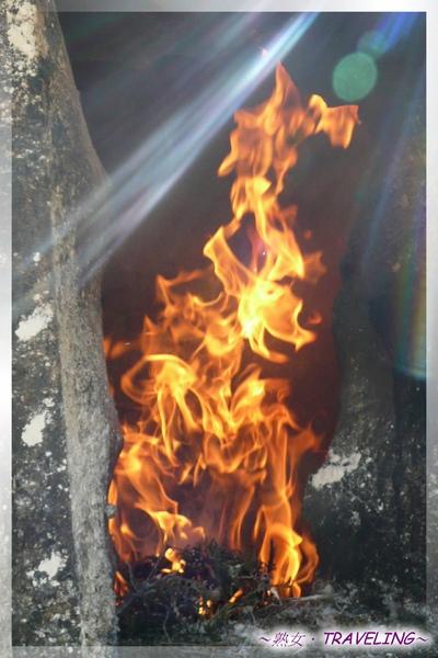 大昭寺廣場-燃燒香柏葉的火焰(2.jpg